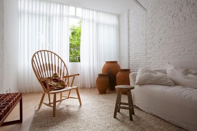 Белая кирпичная стена эффектно выглядит в греческом интерьере