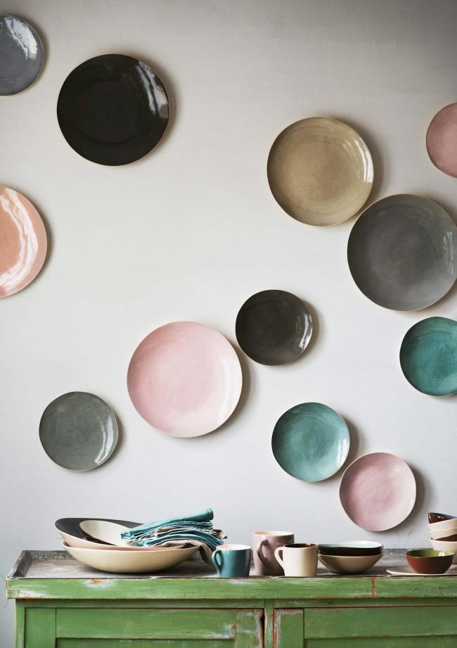 Контрастные декоративные тарелки на стене