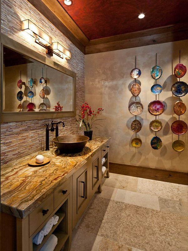 Стильные декоративные тарелки в ванной комнате