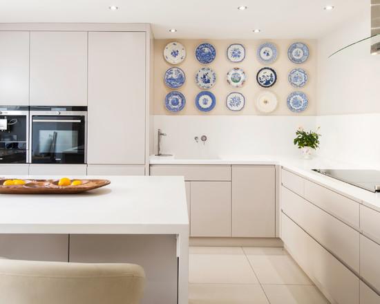 Гармоничное размещение тарелок на стене в кухне