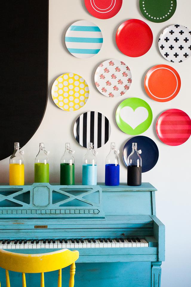 С помощью декоративных тарелок на стене можно добавить в интерьер яркости и неординарности