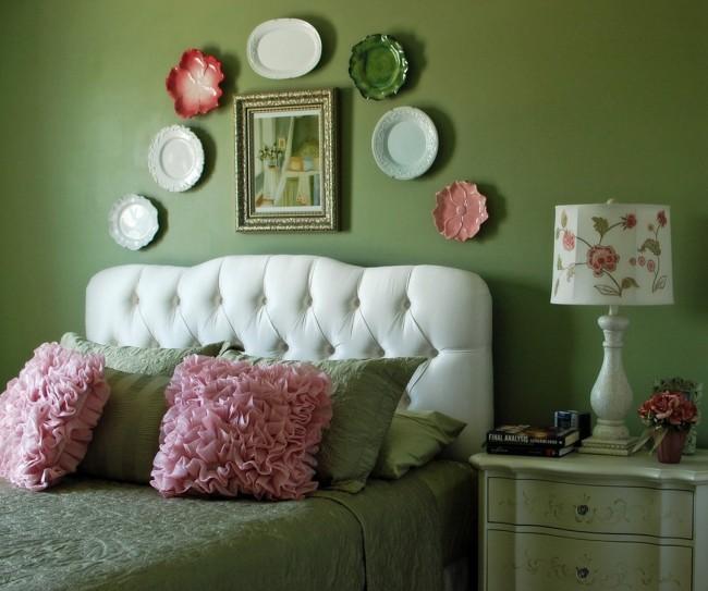 Необычные декоративные тарелки над изголовьем кровати станут настоящим украшением Вашей спальни