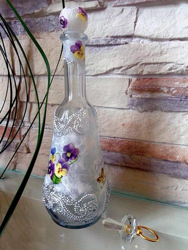 Миловидная декоративная бутылка, выполненная в нежных тонах придаст интерьеру легкости и нежности