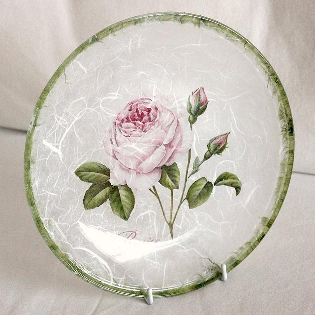 Нежная декоративная тарелка отлично будет смотреться в романтическом интерьере