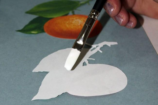 Смазываем кусочек салфетки или декупажной карты клеем ПВА и наносим на поверхность