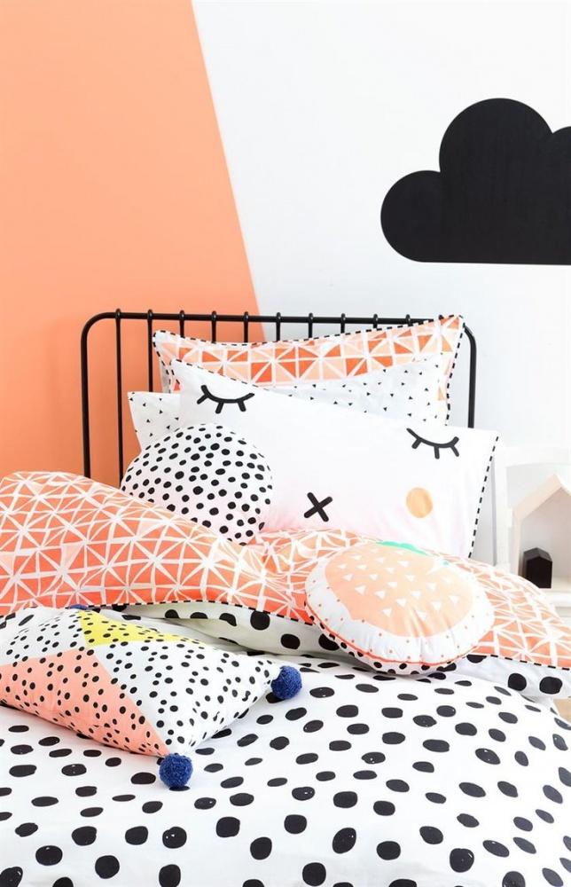 Для отделки стен можно использовать обои или же нанести краску любого цвета, которую с легкостью можно менять по мере взросления вашего малыша