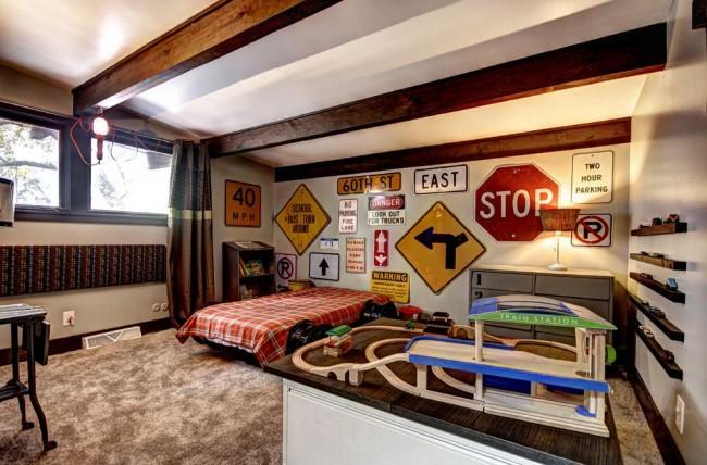 Комната юноши, все так же с наклейками на стенах, но уже в более серьезном, взрослом направлении