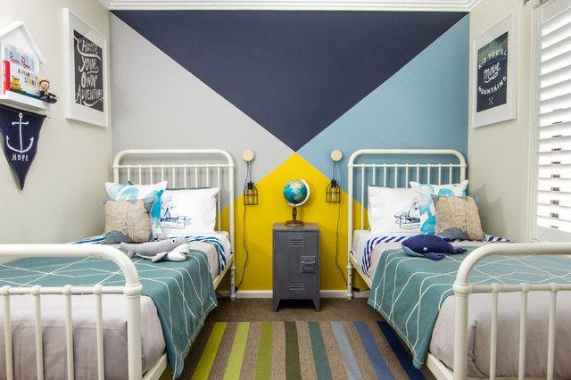 Комната подростков, стена которой покрашена в разноцветные треугольники