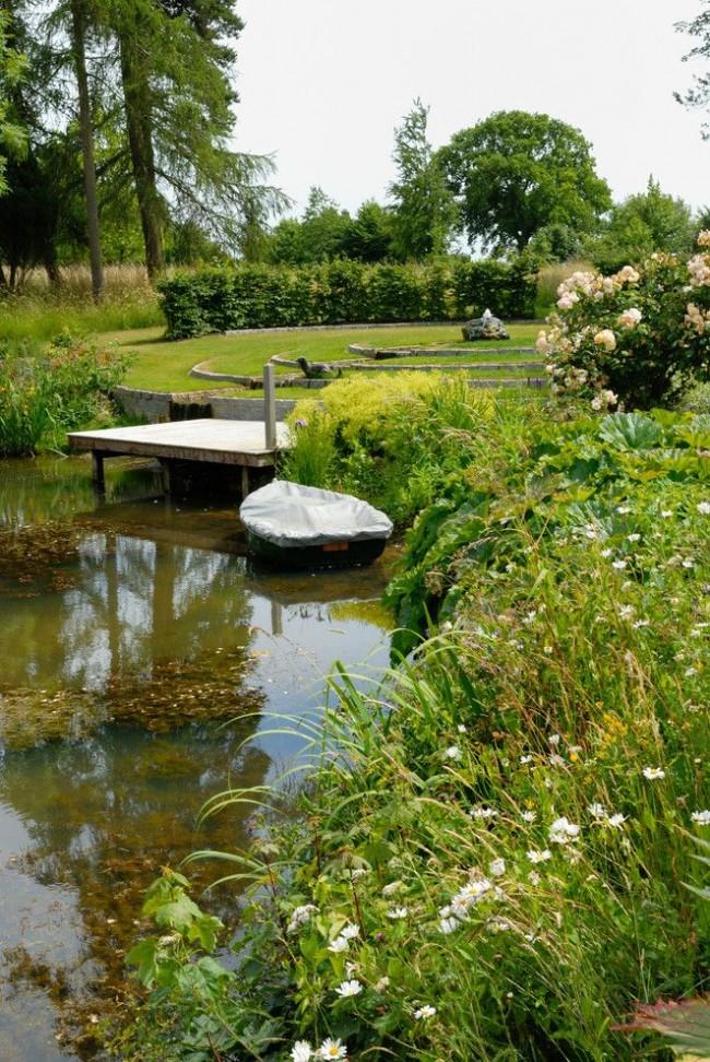 Наличие пруда придает ещё больше свежести и умиротворения домашнему саду