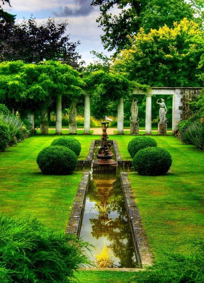 Основной характеристикой классического оформления сада, являются статуи