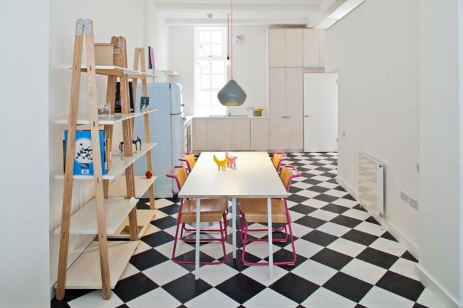 Светлая кухня в скандинавском стиле плавно переходящая в столовую