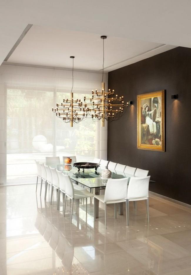 Столовая в стиле модерн с кафельным полом и двумя интересными люстрами над столом