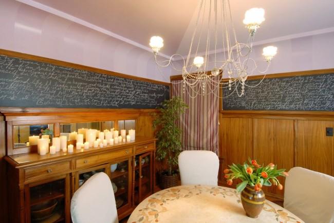Верхнее центральное освещение в столовой дополняют свечи