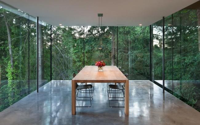 Максимальный минимализм для столовой в частном доме с красивым видом из окон