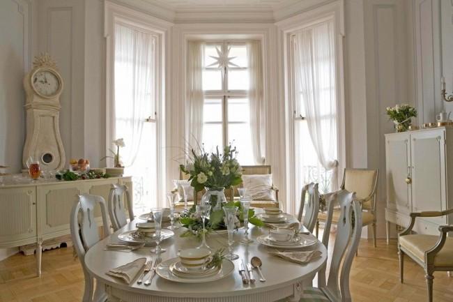Светлая мебель, светлый пол, светлые аксессуары в столовой стиля прованс