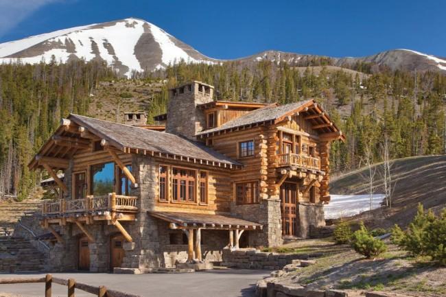 Двухэтажный дом из бревна в горах