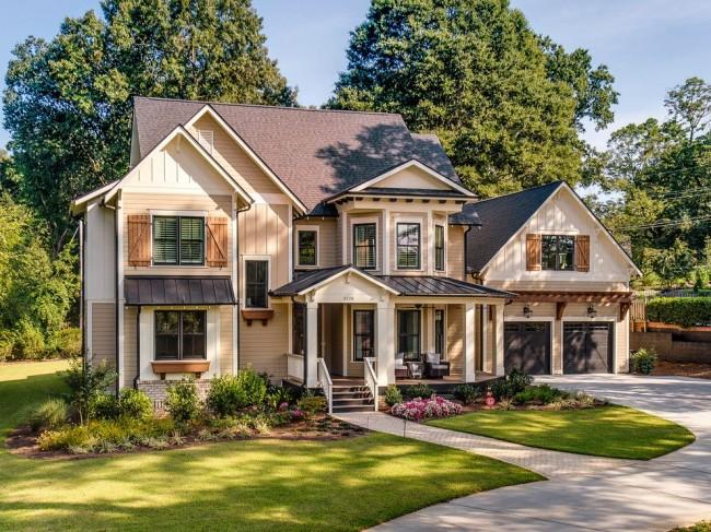 Классический двухэтажный дом с отделкой сайдингом