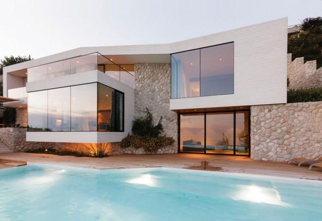 Двухэтажный дом с отделкой декоративным камнем