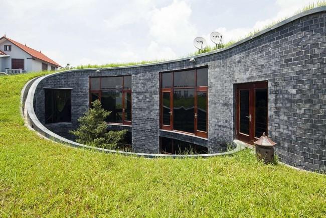 Необычный проект двухэтажного дома, уходящего под землю