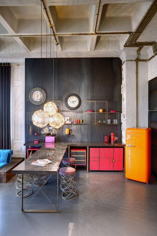 Яркая мебель в индустриальном интерьере