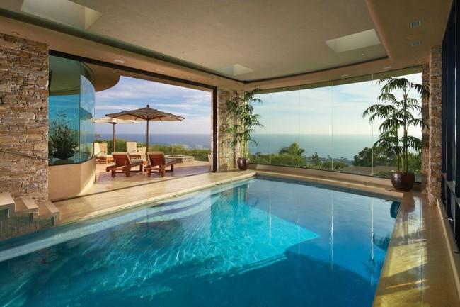 Бассейн с панорамными окнами смотрится очень красиво