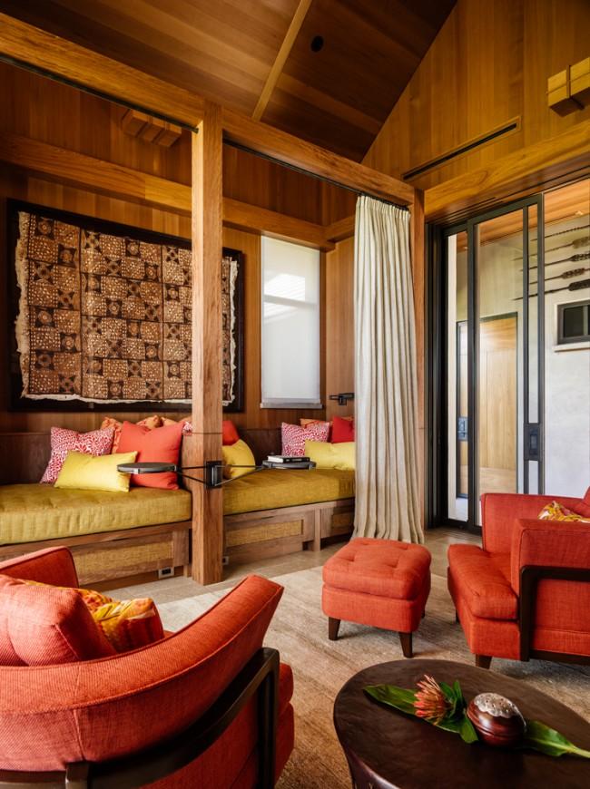 Гобелен на стене завершает теплый, уютный интерьер деревянного дома