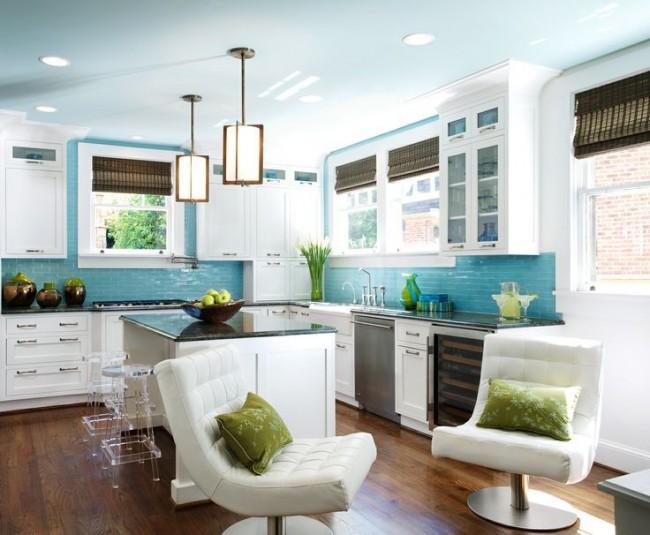 Стильная белая кухня с голубыми стенами и светло-голубым потолком