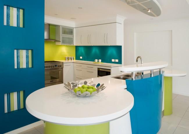 Минималистичная голубая кухня с ярким зеленым акцентом