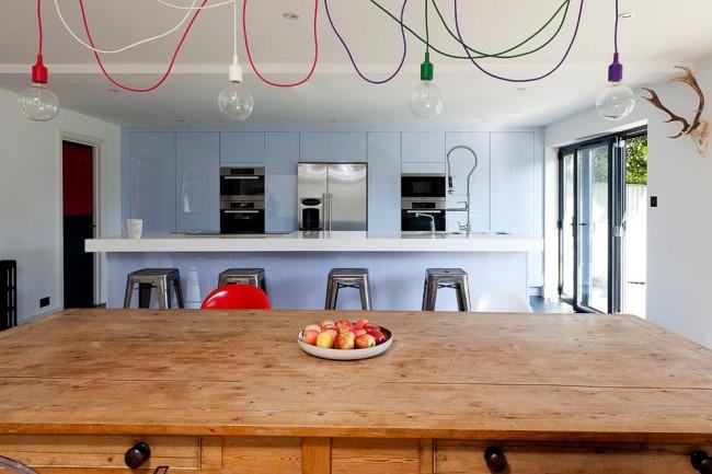 Светло-голубая кухня в стиле минимализм с разноцветным необычным освещением