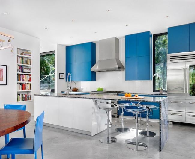 Голубая мебель на белой кухне