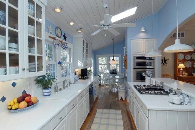 Бело-голубая кухня в морском стиле с различными аксессуарами