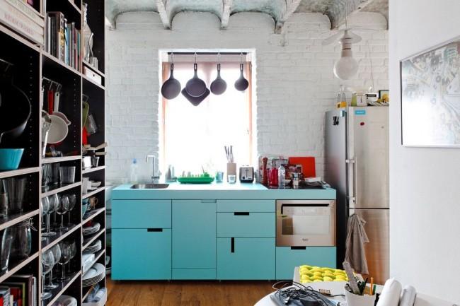 Голубая кухня в стиле лофт с белой кирпичной стеной