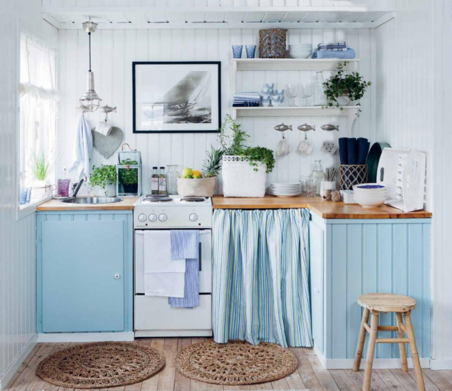 Бело-голубое сочетание в оформлении кухни хорошо смотрится в стиле кантри