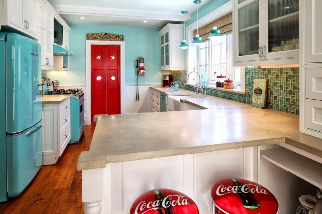 Светлая кухня с крупной бытовой техникой голубого цвета