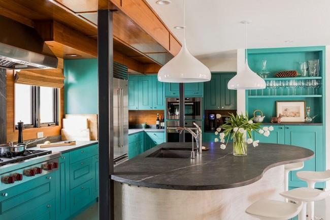 Кухня цвета бирюзы с островом в виде сердца