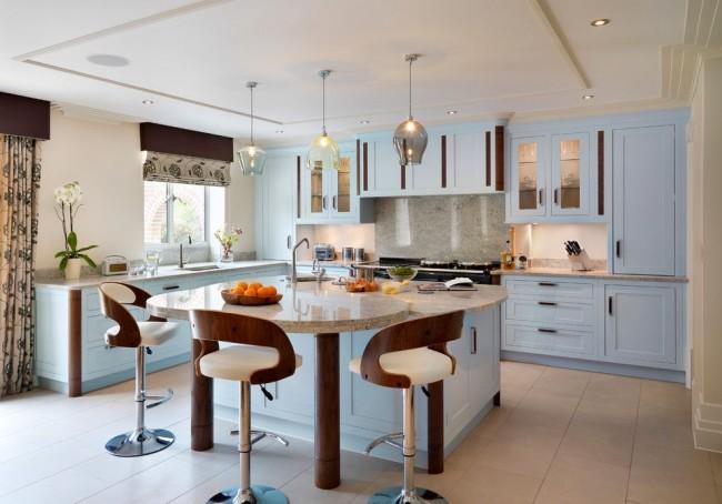 Большая классическая кухня с мебелью небесно-голубого цвета