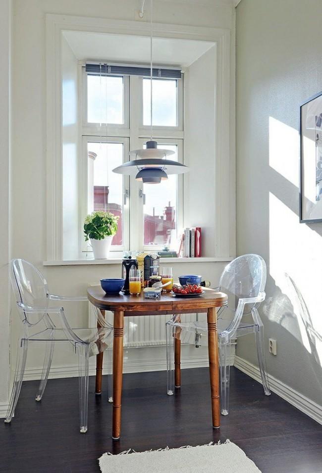 Прозрачная мебель - лучший вариант для небольшой кухни