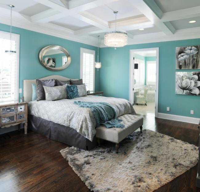 Стильный интерьер в бирюзовых тонах с прямоугольной картиной-диптихом в основных цветах спальни