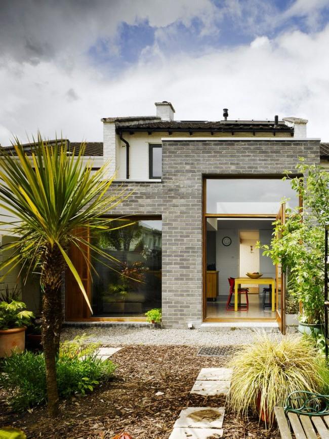 Частный дом с панорамными окнами в современном стиле