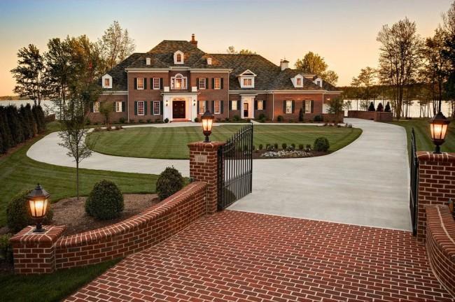 Кирпичные дом и забор, выполненные в одном стиле, смотрятся очень красиво