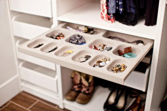 Выдвижные ящики для мелких принадлежностей - незаменимый элемент любой гардеробной