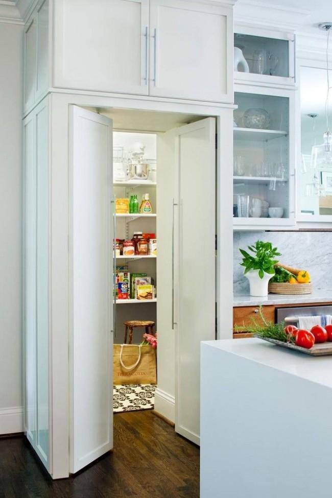Кухня с кладовой комнатой