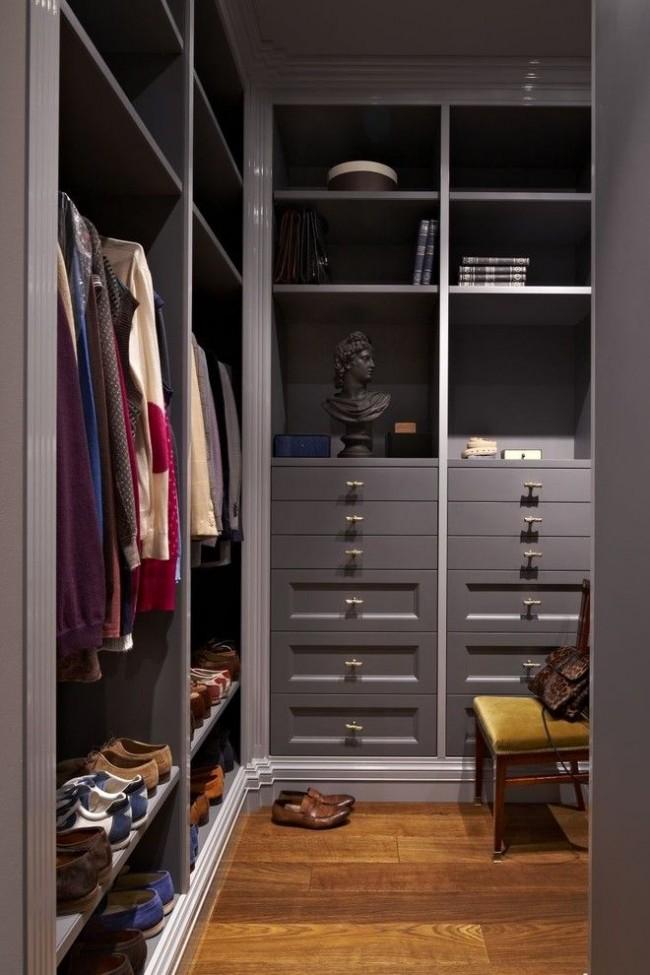 Стильный встроенный платяной шкаф в кладовой комнате