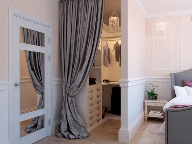 Если позволяет площадь спальни, то с помощью перегородки в ней можно организовать гардеробную