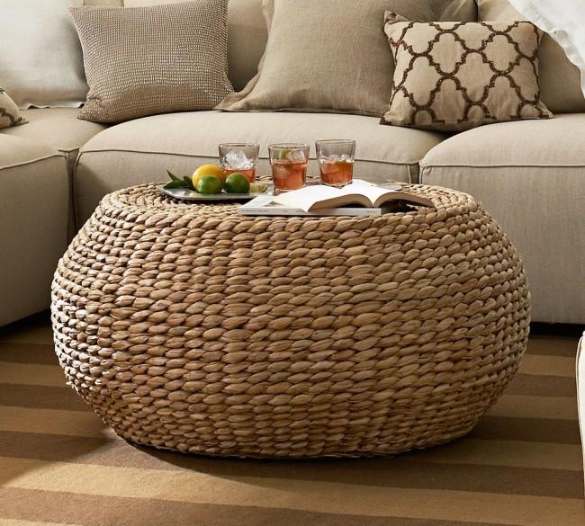 Плетеный столик из натурального ротанга. Также можно приобрести и синтетическую плетеную мебель, - она давно пользуется невероятным успехом в оформлении летних площадок кафе и ресторанов, и подходит для беседок, патио и террас