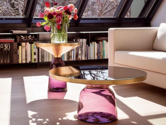 Набор стеклянных столиков из тонированного стекла и отполированными до зеркального глянца металлическими столешницами