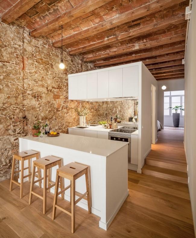 Необычная конструкция кухни, обустроенной вдоль стены