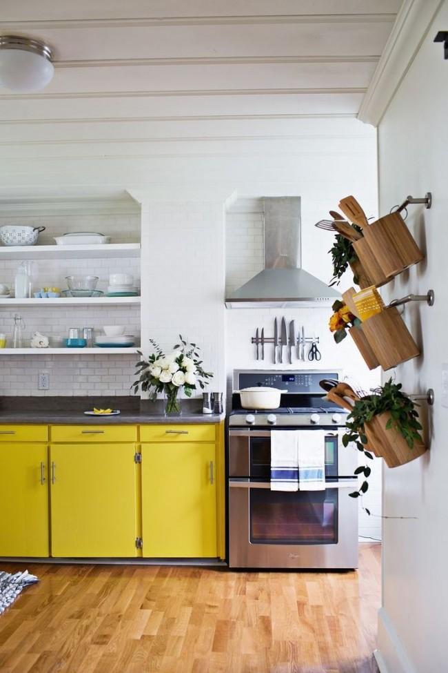 Ярко - желтая мебель поднимет вам настроение и добавит света небольшой кухне