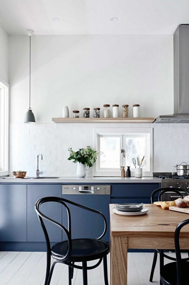 Синий цвет идеален для кухонь, в которых наблюдается переизбыток солнечного света и тепла