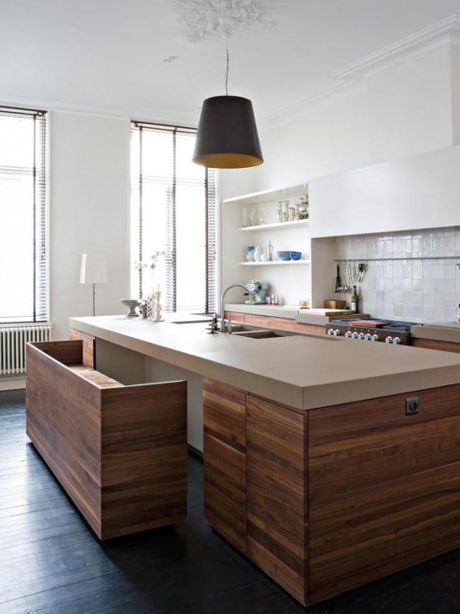 Кухня модерн с деревянными элементами и интересной скамьёй вместо стульев